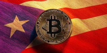 Moneda de Bitcoin sobre mesa con bandera de Puerto Rico superpuesta. Composición por CriptoNoticias. stevanovicigor / elements.envato.com; wirestock / freepik.com